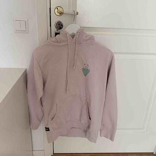 En Frida Nermal hoodie ifrån Rip N Dip, använd max 4 gånger. Möts i Uppsala eller så står köparen för frakt🎀