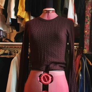 En brun-röd kabelstickad tröja från GinaTricot i stl S org pris 299kr. Använd så lite nopprig men inget man tänker på. Bekväm men har många liknande så rensar. #stickad #ribbstickad