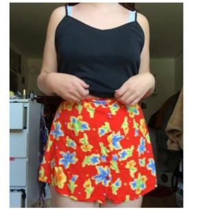 Säljer denna blommiga korta kjolen med knappar hela vägen upp! Väldigt bra skick ❤
