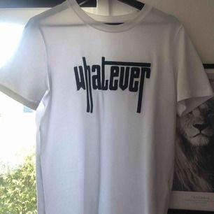 T-shirt från Pieces i storlek M, aldrig använd.  Köparen står för frakten!