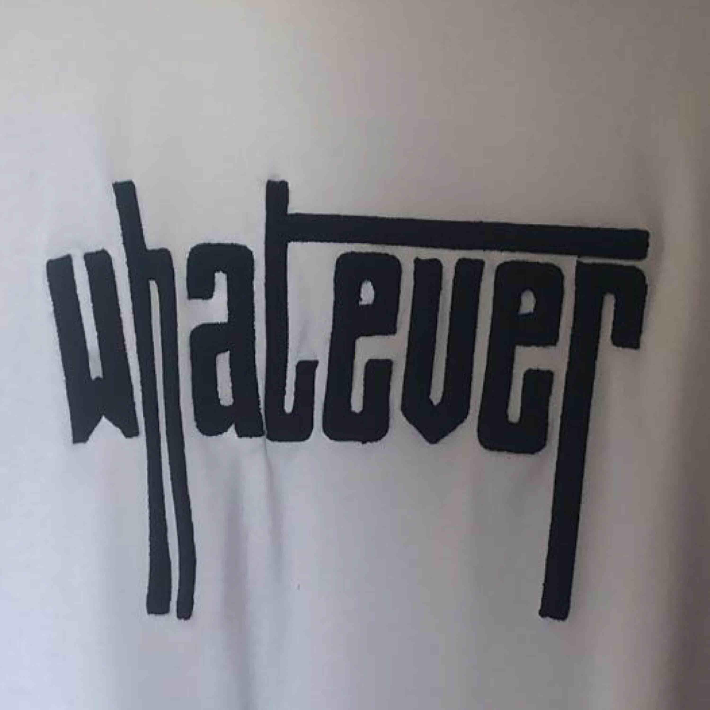 T-shirt från Pieces i storlek M, aldrig använd.  Köparen står för frakten! . T-shirts.