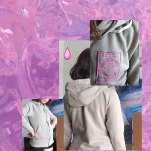 Zip Hoodie från Pelle P. Luva och dragkedja. Snygga rosa detaljer och supermysig.