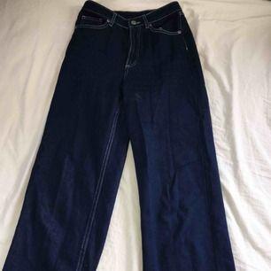 """Mörkblå jeans i stretchigt jeans-material från monki i mycket fint skick!! Modellen heter """"mozik"""". Frakt tillkommer och betalning sker via swish. Kan skicka fler bilder vid behov, mått står nedan. Ben - 62cm Midja - 71cm"""