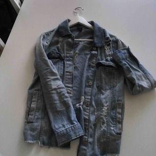Jeansjacka från h&m, köpt förra sommaren. Storlek 32, skulle säga att den passar s-m 🥰 Kan hämtas upp i Gävle/Stockholm, fraktar ej!