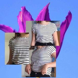 Randig t-shirt/topp i storlek xs. Basic plagg som man kan matcha med nästan vad som helst. Väldigt skönt och lätt tyg. Fint skick! Kolla gärna in mina andra annonser:) Billigt!!!