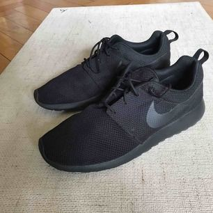 New men's Nike Roche Sneaker, too small for my bf. Pick up on Söder or shipping is extra :)