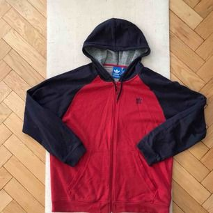 Very soft and cosy men's Adidas hoodie! Men's size XL. Pick up on söder or shipping is extra :)