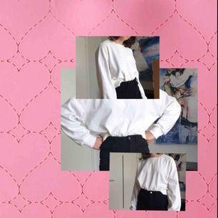 Helvit lite kroppad Collage tröja från BikBok. Använd men inte sliten, fint skick alltså!! Köpt för ca 200 i vintras. Jag har köpt den så att den ska vara oversized då jag annars har xs/s. Kolla gärna in mina andra annonser:)
