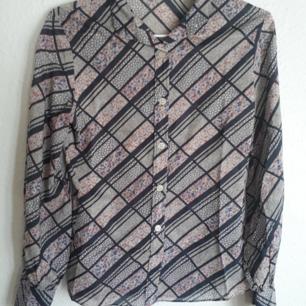 Underbart vacker skjorta i storlek 38 men passar 36 bättre. Tajt över brösten.