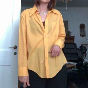 gul skjorta från beyond retro! den är som i nyskick, har själv bara använt den ett par gånger! <33 köparen betalar eventuell frakt!!