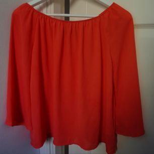 """Orange blus i stl S från Bikbok. Funkar som off-shoulder eller som vanlig tröja 🌸 Färgen är inte lika """"lysande"""" som bilderna visar."""