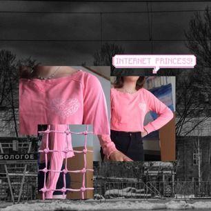 Rosa croppad tröja. Fint mönster format som ett hjärta på höger bröst. Väldigt fin färg! Helt ok skick, plagget har tappat lite färg i tvätten.