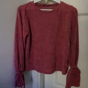 Knappt använd tröja från NA-KD i stl s🌸 Kan knytas i ärmslut.