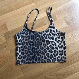 Leopardmönstrad crop top från Bikbok i storlek S. Använd någon enstaka gång, i fint skick. Skickas endast och frakt ingår.