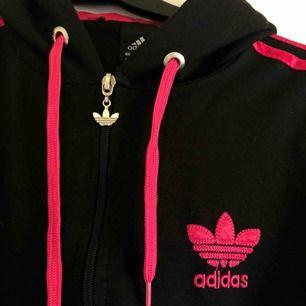 Träningshoodie från Adidas i tunnare material. Står M men passar mig som har XS/S.