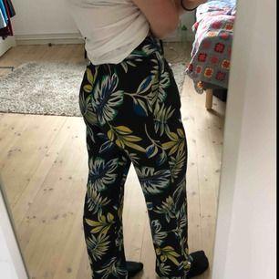Säljer mina fina byxor från zara som tyvärr blivit för små för mig. Storlek XS. Perfekt i längden för mig som är 170cm. Jättebra skick - använda max 3 ggr. Sitter jättebra på och är supersköna. Fraktar bara - frakten är inräknat i priset. 🌸💗