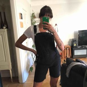 Black jeans overalls from Topshop. Brand new never worn. Stretchy denim, very comfortable. Pick up on Söder or shipping is extra :)