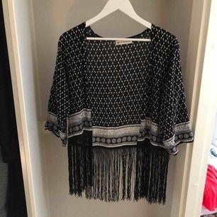 Kimono med fransar från H&M. Använd men i fint skick. Skickas endast och frakt ingår.