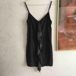 Gråsvart klänning från zara med en volang i mitten