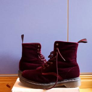 Dr Martens Red Velvet Boots, röd sammet. Storlek 41. Superfint skick!