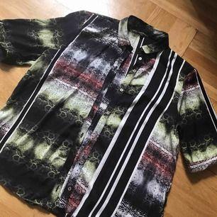 Riktigt snygg skjorta med animal prints. Använd en gång, köpt på river island, strl:36