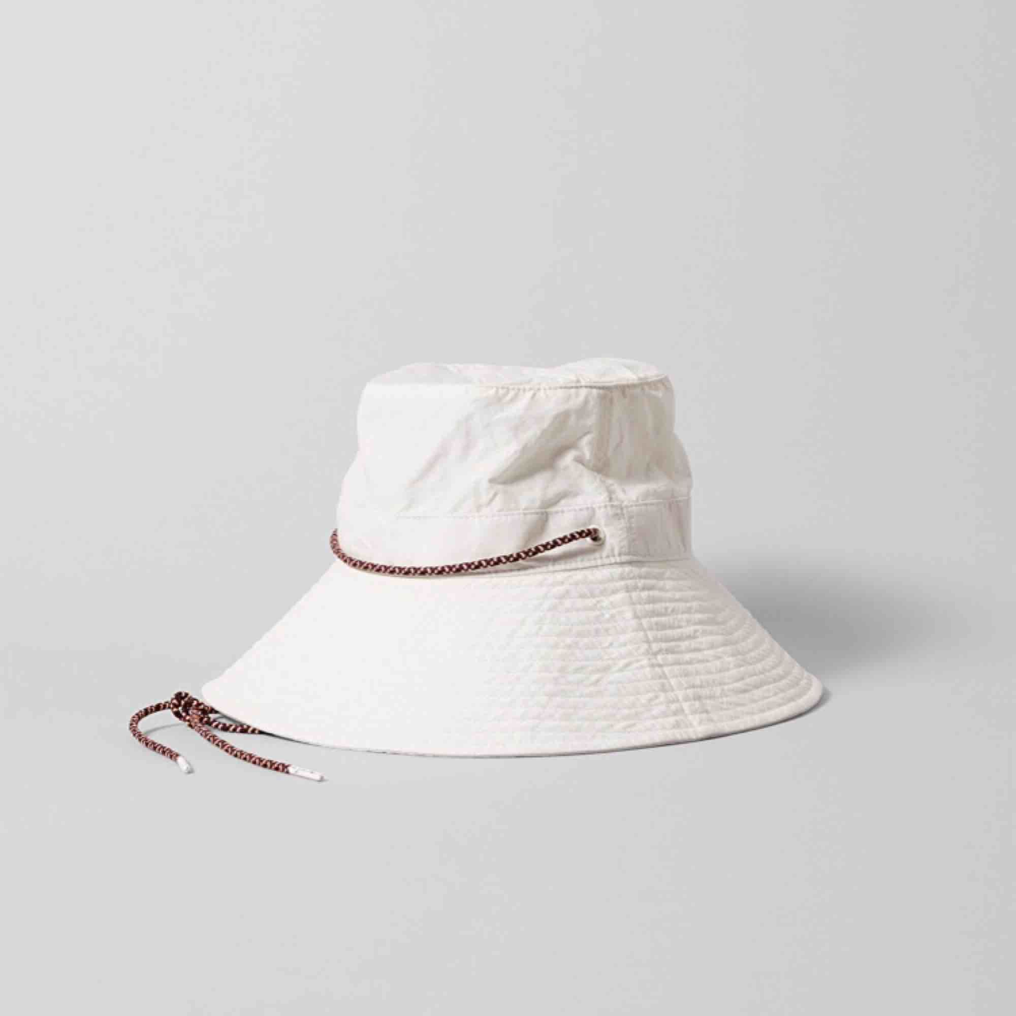 oanvänd bucket hat från weekday. Accessoarer.