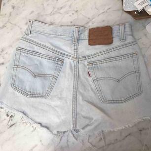 Levis 501 shorts, köpta på plick, aldrig använda av mig. Storlek 28, vilket passar mig som har 24/XS i jeans i vanliga fall. De är liteee stora på mig så skulle även passa en 25/26a