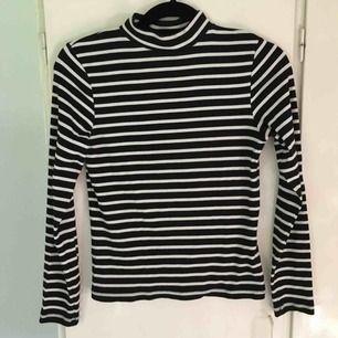 Fin långärmad tröja med halvpolo. Köpt på lager 157 och sparsamt använd. Köparen betalar frakten :)