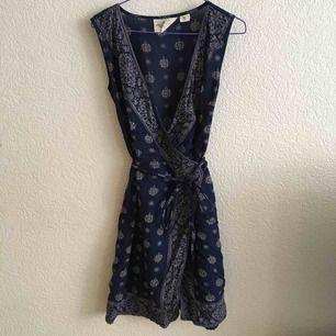 Omlott klänning från HM.   Köparen betalar frakt eller möter upp i Malmö