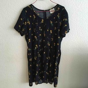 Kortärmad klänning med mönster.   Köparen betalar frakt eller möter upp i Malmö.