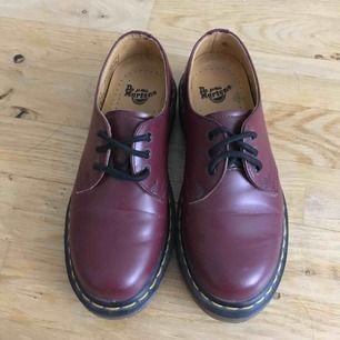 Oanvända låga Doc Martins. Vinröd med gul söm och ljus sula.   Fick skorna i present och säljer vidare pga för små.   Köparen betalar frakt eller möter upp i Malmö.   Köparen
