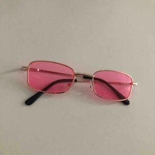 Snygga rosa brillor med guld detaljer⚡️ Perfekt för att piffa upp en neutral outfit🌸