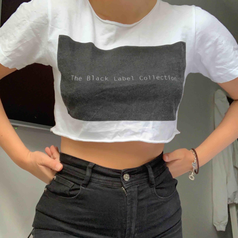 En kortare t-shirt💜 Frakt tillkommer💜. T-shirts.