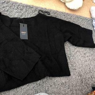 Mysig svart tröja från ONLY. Storlek S men passar även M. Prislappen sitter kvar, nypris 299kr