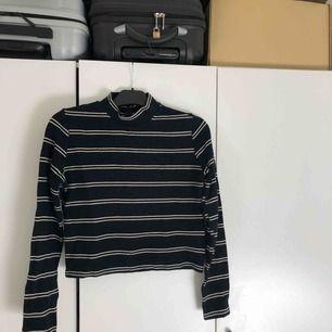 Långärmad randig tröja med polokrage från Levis, storlek M. Använd 1 gång.