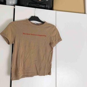 Brun t-shirt från Zara. Använd 1 gång. Passar nog även XS då den är rätt liten i storleken.