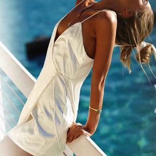 Söt sidenklänning från Sabo skirt köpt förra året och tyvärr aldrig använd! Passar M och L. Bilderna är från sabos egna och klänningen är i ivory/elefenbensvit