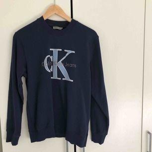 Mörkblå t-shiet från Calvin Klein. Storlek S, passar nog oxå XS och M beroende på hur man vill att den sitter.