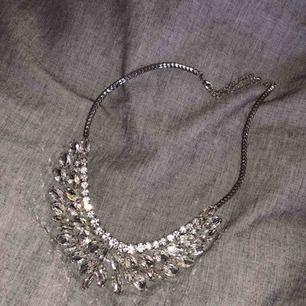 Jätte vackert halsband, aldrig använt. Köpt för 250kr, säljer för 80kr + 20kr frakt😊💘 ‼️endast swish‼️