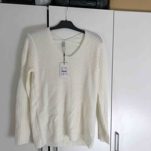 Oversized tröja från Soyaconcept. Aldrig använd och prislapp sitter kvar. Nypris 599kr. Frakten ingår på denna :)
