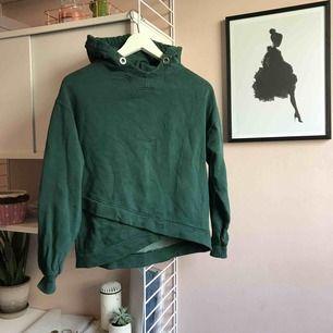 Fin grön hoodie för ZARA girls, hoodien är ganska stor i storleken. Använd fåtal gånger. Köparen betalar frakten :)