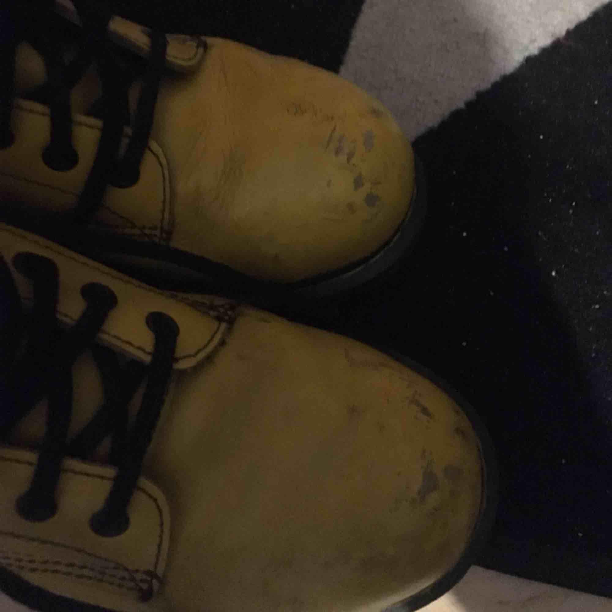 Äkta gula dr martens kängor i storlek 38. Små slitna på tårna men de hör till tycker jag. . Skor.