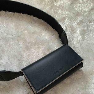 """Axelremsväska från Carin Wester, superskick!! Köpt för 350kr. Axelbandet är en kortare modell i """"orm inspirerat läder"""". Säljer då jag har många andra. Utmärkt att ha crossbody. Köpare står för frakt <3"""