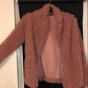 Fluffig rosa tunnare jacka som funkar bra nu till sommarkvällar. Använd endast två gånger. Köparen betalar frakt!😇