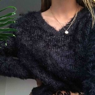 Jätte mysig svart glittrig stickad tröja i storlek S. Väldigt skönt material, använd 1 gång. Köparen står för frakt🥰