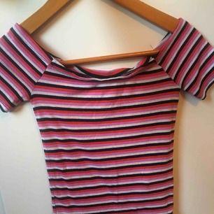 Randig off shoulder tröja i olika färger från Gina Tricot.  Storlek XS  Frakt 39kr  Sänker pris vid snabb affär!