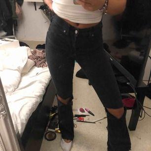 Svarta bootcut jeans från dr denim⭐️ klippt hålen själv och avklippta längst ner💕 köparen betalar frakt!