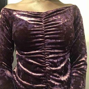 Vinröd-ish off shoulder tröja från BikBok.  Storlek XS.  Frakt är 39kr Sänker pris vid snabbköp!!