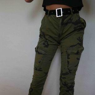 Kamouflage-mönstrade byxor från New yorker i arbetarmodell. Nypris 300 kr. Byxorna är köpta från killavdelningen men de funkar lika bra till tjejer 😉