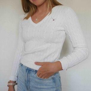 Vit kabelstickad tröja köpt på Gant-butiken i Linköping för 1200 kr. Den är inte använd mycket och i jättefint skick!💛